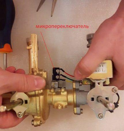 Микропереключатель механизма регуляции потока газа