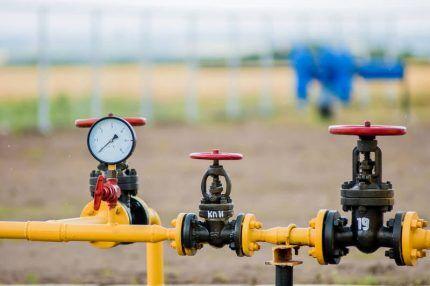 Газовая труба с кранами
