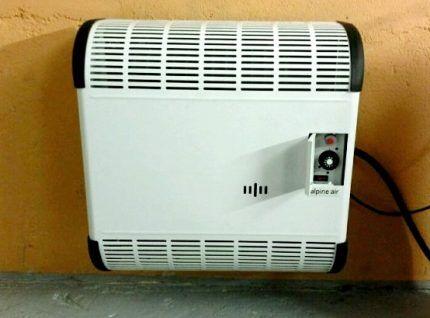 Установленный на стене газовый конвектор