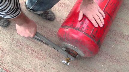 Раскручивание вентиля с использованием газового ключа