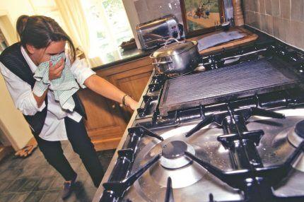 Женщина перекрывает газ
