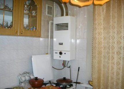 Настенный газовый котел на кухне в квартире