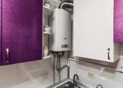 Газовая колонка в кухне городской квартиры