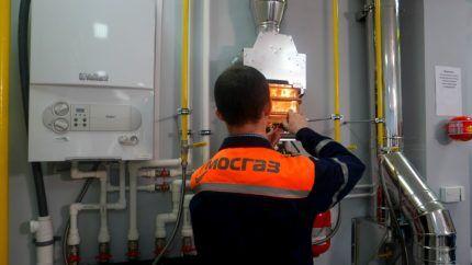 Проверка газового оборудования работником газовой службы