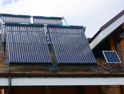 Солнечные коллекторы на крыше частного дома