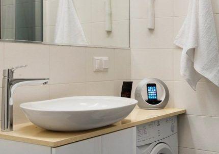 Стиральная машинка в ванной комнате