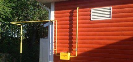 Газовая труба на доме