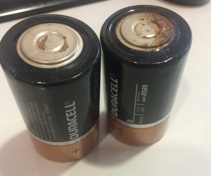 Батарейки окислились и начали ржаветь