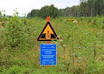 Предупреждающий знак и информационная табличка
