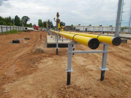 Газовые трубы на металлических опорах