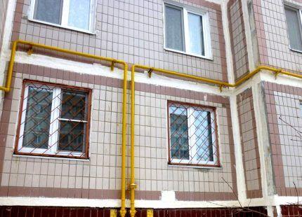 Газовые трубы под окнами дома