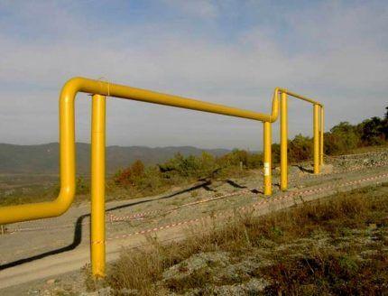 Надземный газопровод над дорогой