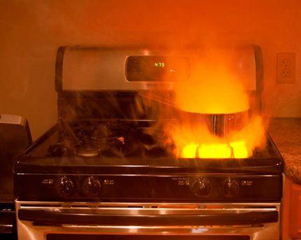Красное пламя в газовой конфорке