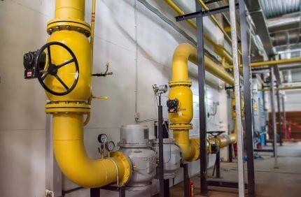 Стальные газовые трубы внутри здания