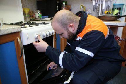 Проверка плиты газовщиком