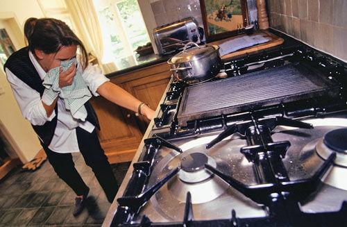 Воняет газом от плиты почему пахнет газом из духовки и от конфорок и как это устранить