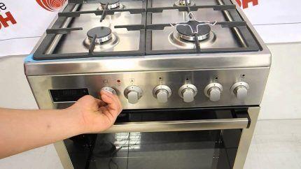 Газовая плита с четырьмя конфорками