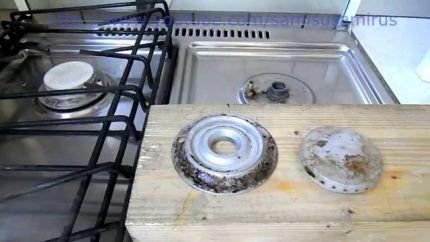 Процесс чистки конфорок
