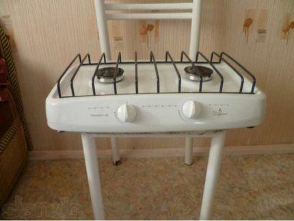 Газовая плита без духовки на стуле
