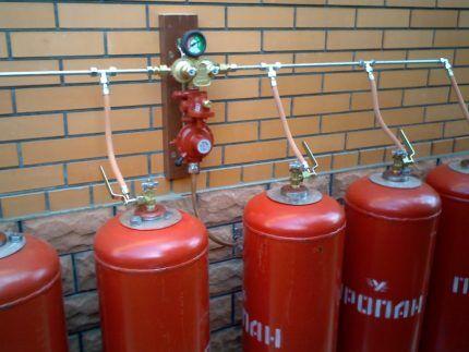 Подключение нескольких газовых баллонов через металлическую рампу