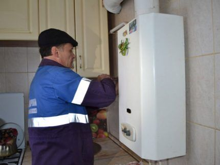 Установка колонки сотрудником газовой службы