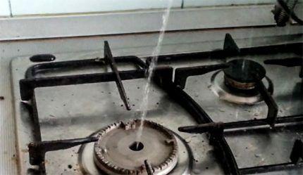 Из конфорки идет вода вместо газа