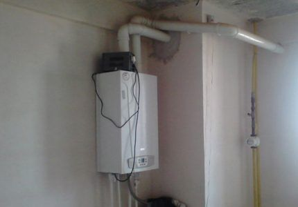 Газовый водонагреватель на стене
