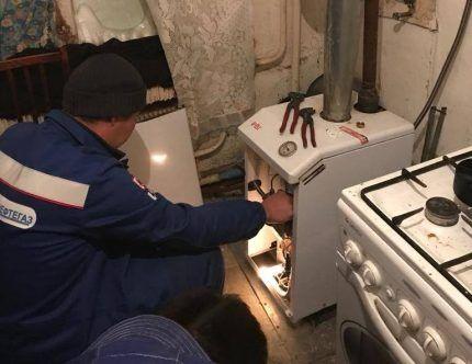 Газовщик проверяет котел