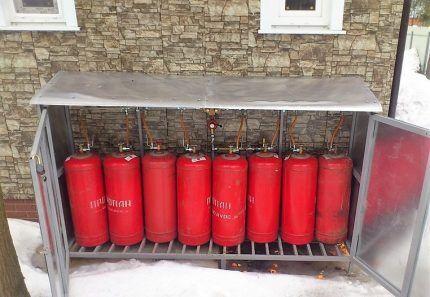 Газовые баллоны в металлическом шкафу