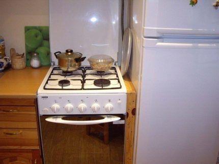 Газовая плита рядом с холодильником