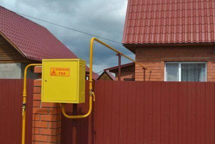 Ящик с газовым счетчиком возле дома