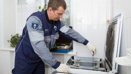 Мастер подключает газовую плиту