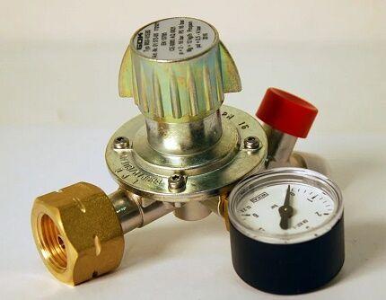 Регулятор давления газа с регулировочным винтом