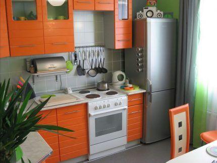 Тумбочка между холодильником и плитой