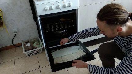 Процесс снятия дверцы духовки