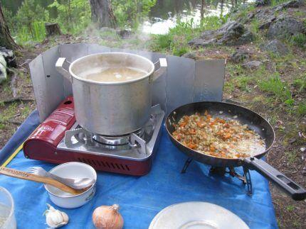 Приготовление еды в походе на туристической газовой плите