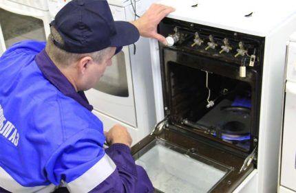 Проверка утечки газа сотрудником аварийной службы