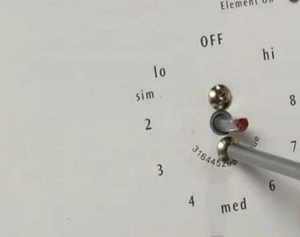 Использование инструмента для снятия ручки