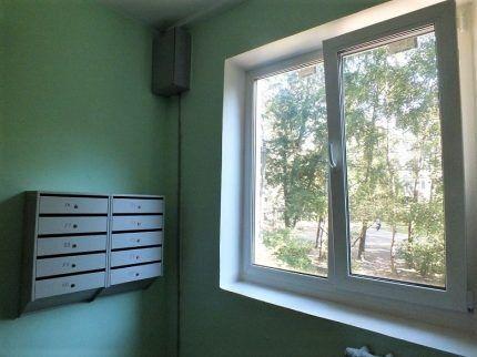 Открытое окно в подъезде