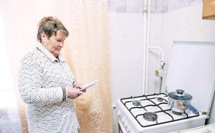 Абонент изучает акт от газовой службы перед подписанием