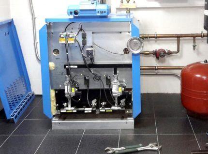 Газовый котел со снятой облицовкой