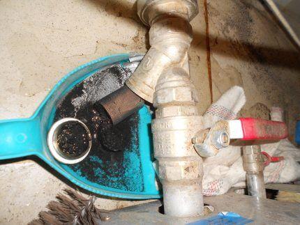 Удаление грязи из фильтра грубой очистки