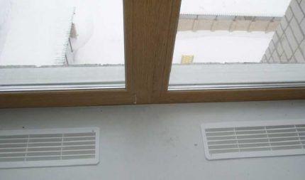 Декоративная вентиляционная решетка в подоконнике