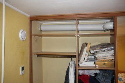 Установленная вентиляция в гардеробной