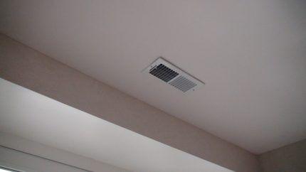 Вытяжка на потолке гардеробной