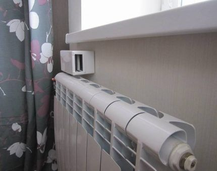 Приточный клапан над радиатором отопления