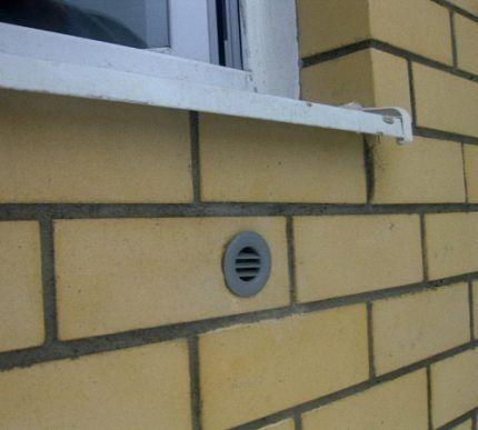 Вентиляционный клапан в стене