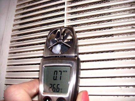 Проверка скорости потока воздуха анемометром