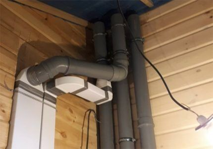 Трубы вентиляции на чердаке
