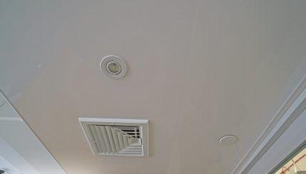 Вентиляционная решетка потолка